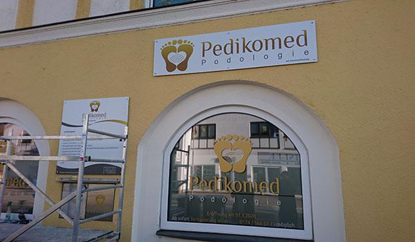 pedikomed firmenschild - Außenwerbung am Firmensitz – Schaufenster für PEDIKOMED Mering